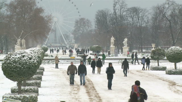 WS People in Jardin des Tuileries during winter  / Paris, Ile de France, France