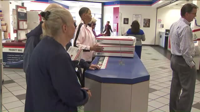 vidéos et rushes de ktla people in line at post office - facteur
