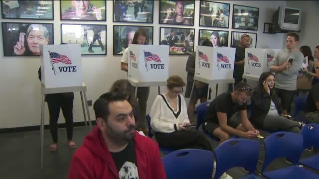 stockvideo's en b-roll-footage met ktla people in line for early voting - tussentijdse verkiezing