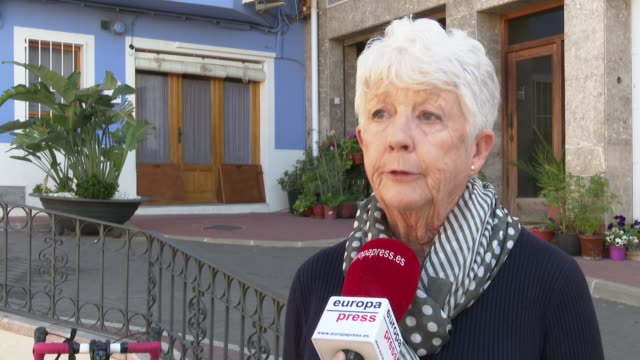 vídeos de stock e filmes b-roll de people in llíber where 509 inhabitants of 1,100 people residing in this municipality are british. they are worried about the upcoming negotiations in... - alicante