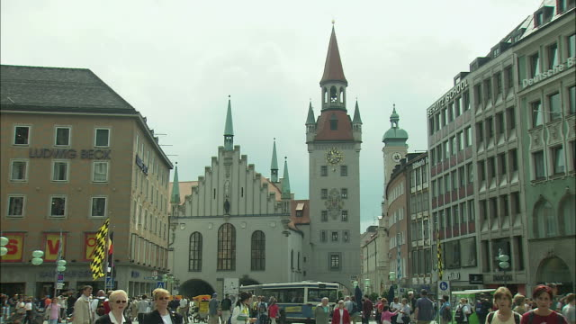 ZO WS People in Marienplatz with Altes Rathaus (Old Town Hall) in background, Munich, Bavaria, Germany