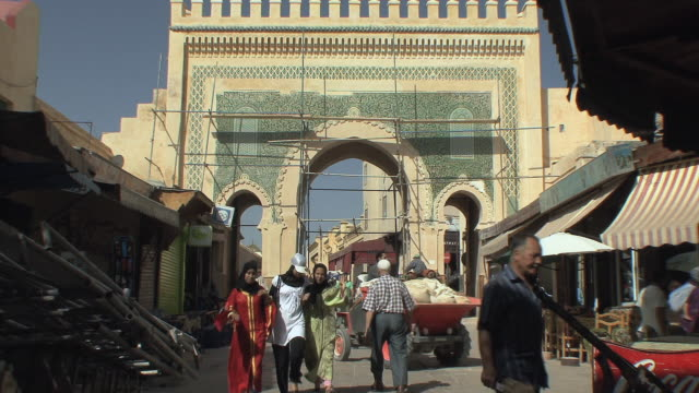 vidéos et rushes de ws people in medina, fez, morocco - maroc