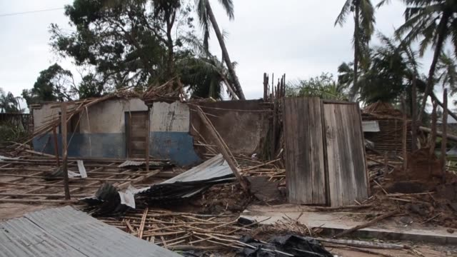 vídeos de stock e filmes b-roll de people in mozambique inspect the damage after a powerful cyclone lashed the northern part of the country - destruição