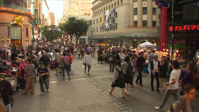 vídeos y material grabado en eventos de stock de ms t/l people in myeongdong shopping area / seoul, south korea  - escritura occidental