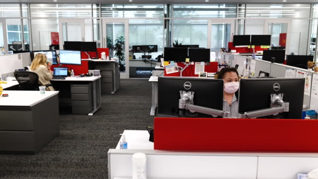 vídeos de stock e filmes b-roll de people in office cubicles wearing protective face masks in menlo park, california, u.s., on tuesday, september 15, 2020. - trabalhador de colarinho branco
