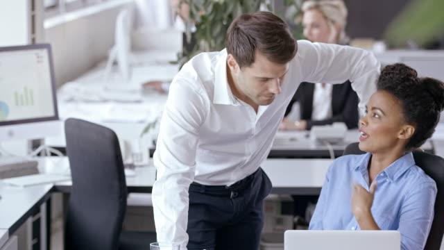 vidéos et rushes de personnes dans le bureau - collègue