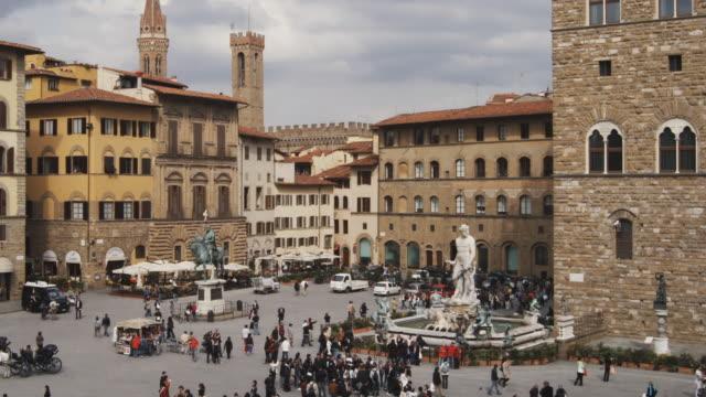 vídeos de stock e filmes b-roll de ws ha pan people in piazza della signoria, florence, tuscany, italy - florença