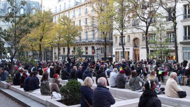 vidéos et rushes de people in place de la sorbonne before the national tribute to murdered professor samuel paty on october 21, 2020 in paris, france. 401 guests,... - élève