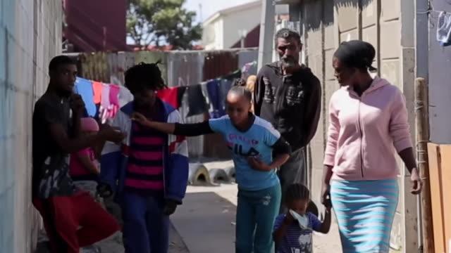 people in poor townships in cape town during coronavirus crisis - チンピラ点の映像素材/bロール