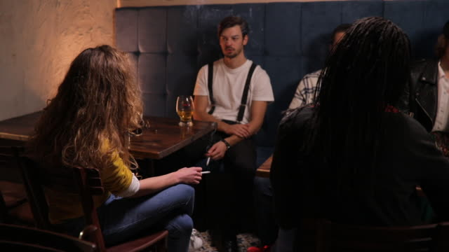 vídeos de stock, filmes e b-roll de pessoas no pub - refresco