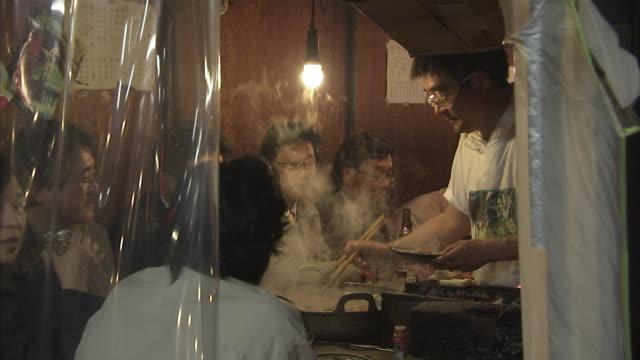 vídeos de stock e filmes b-roll de ms people in restaurant, tokyo, japan - edifício de restauração