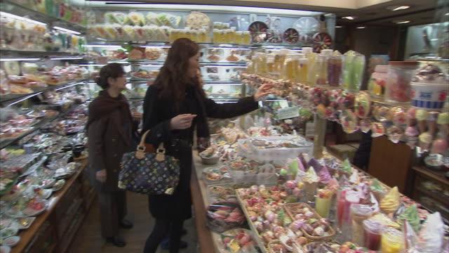 ms pan people in shop with plastic food, tokyo, japan - japan stock-videos und b-roll-filmmaterial