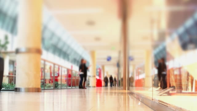 stockvideo's en b-roll-footage met t/l people in shopping mall (loopable) - geschwindigkeit