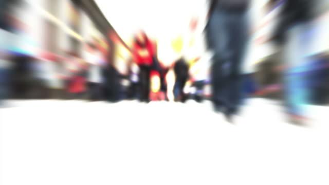 T/L personas en la calle comercial (Desenfocado