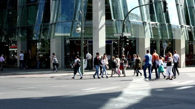 人々のショッピング通り - 十字路点の映像素材/bロール