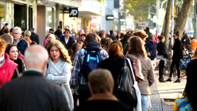 stockvideo's en b-roll-footage met people in shopping street - duitsland