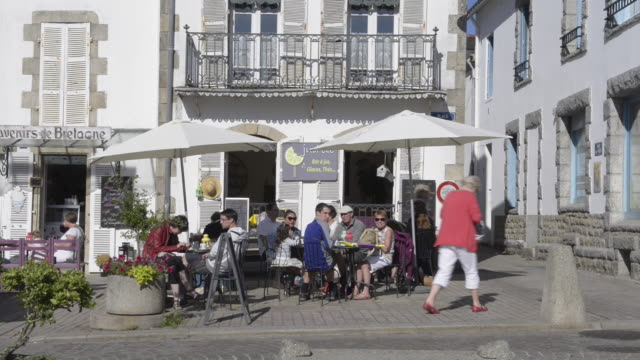 vidéos et rushes de people in sidewalk cafe - village