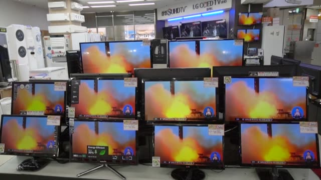 people in south korea watches news as nuclear armed north korea fired a ballistic missile into the sea of japan just ahead of a highly anticipated... - südkorea stock-videos und b-roll-filmmaterial