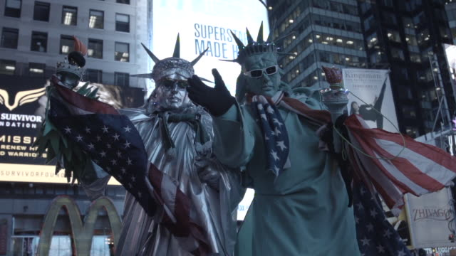 people in statue of liberty costumes in times square, medium shot - statue of liberty new york city stock videos & royalty-free footage