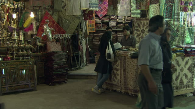 ms tu people in store with rugs and textiles, isfahan, iran - ラグ点の映像素材/bロール