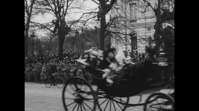 vídeos y material grabado en eventos de stock de people in street and on sidewalks in paris as horse drawn carriage rolls by / close view of french officials walking along street waving people back... - arco del triunfo parís