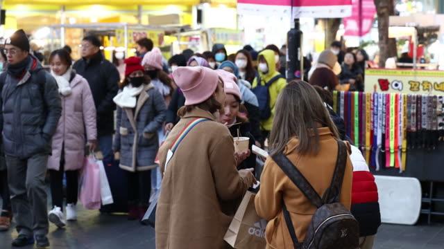 people in surgical masks amid the coronavirus crisis in seoul south korea on monday february 3 2020 - coreano video stock e b–roll