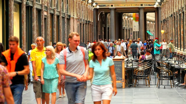 menschen in den galeries royales saint-hubert in brüssel - region brüssel hauptstadt stock-videos und b-roll-filmmaterial