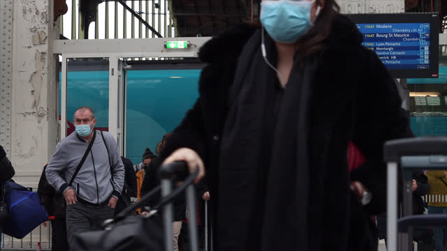 vidéos et rushes de people in the hall of a train station - passager