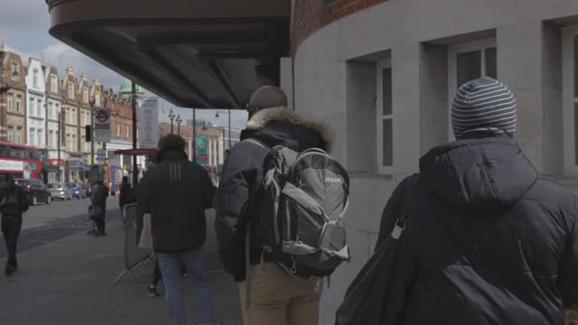 vidéos et rushes de people in the london borough of lambeth queue up for asymptomatic covid-19 testing, after new cases of the south african variant have been found in... - lambeth