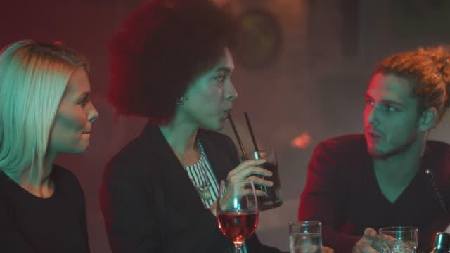 menschen in der nacht club 4k - strohhalm stock-videos und b-roll-filmmaterial