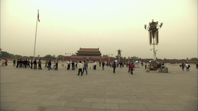vídeos de stock, filmes e b-roll de ws pov people in tiananmen square, beijing, china - portão da paz celestial de tiananmen