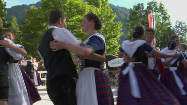 vídeos de stock e filmes b-roll de ms people in traditional clothing dancing at tegernsee folk festival, tegernsee, bavaria, germany - dança tradicional