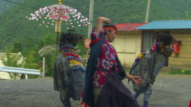 stockvideo's en b-roll-footage met ms people in traditional japanese costumes of warrior and dragon performing dance at autumn festival, japan - driekwartlengte