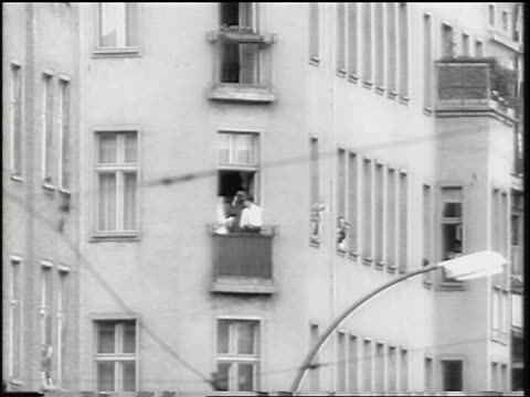 vídeos de stock, filmes e b-roll de b/w 1961 people in windows of east berlin window waving handkerchiefs / cold war / germany - fronteira internacional