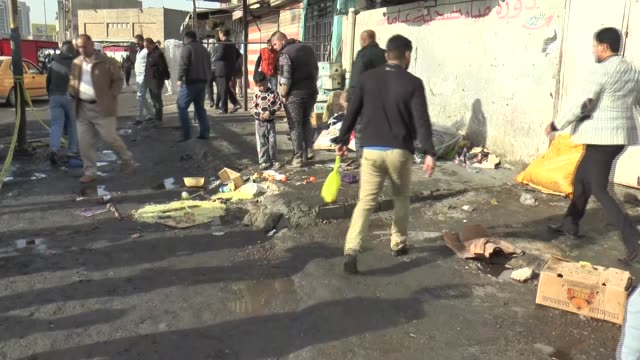 vídeos de stock, filmes e b-roll de people inspect the scene of double suicide bombing at tayaran square in baghdad on january 15 2017 at least 25 people were killed in a double suicide... - iraque