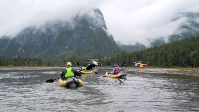 people kayaking on lake near mountains in vancouver, canada - flytväst bildbanksvideor och videomaterial från bakom kulisserna