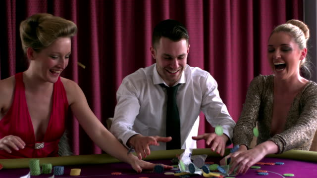 vídeos de stock, filmes e b-roll de people launching in the air some chips - camisa e gravata