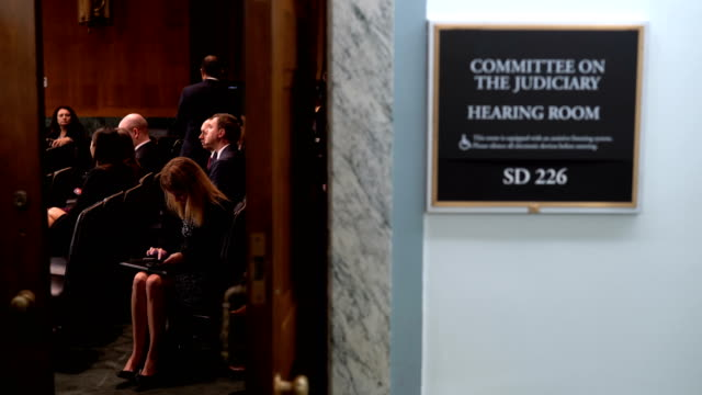 vídeos de stock, filmes e b-roll de people leave the room during a break of a hearing before the senate judiciary committee october 10 2018 at dirksen senate office building on capitol... - senado governo