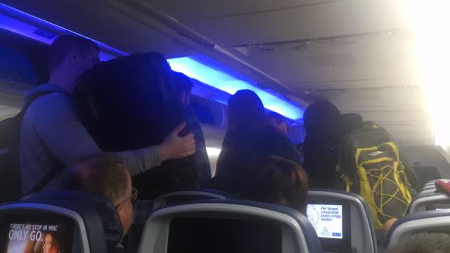 vidéos et rushes de people leaving the airplane - passenger
