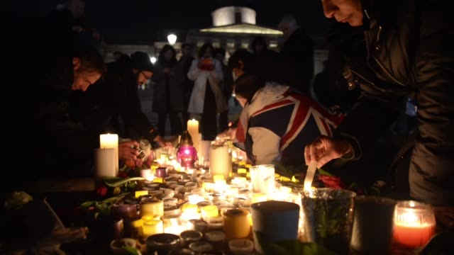 people light candles as a tribute to the three people killed and the many others injured during the 'westminster attacks' of , in london, united... - ウェストミンスター橋点の映像素材/bロール