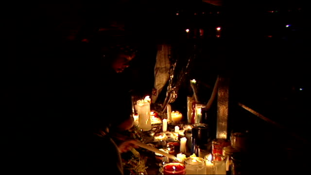 people lighting candles at night memorial for 9/11 victims in nyc - temporäre gedenkstätte stock-videos und b-roll-filmmaterial