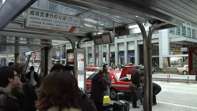 people line up at the airport bus terminal in shinjuku - privatfahrzeug stock-videos und b-roll-filmmaterial