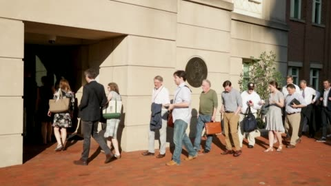 vídeos de stock, filmes e b-roll de people line up outside the albert v. bryan u.s. courthouse on the seventh day of former trump campaign chairman paul manafort's trial august 8, 2018... - presidente de empresa