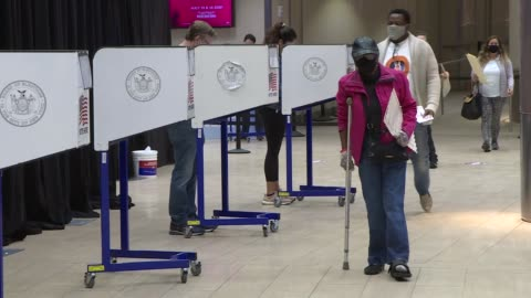 people line up to cast their vote at the madison square garden as early voting has started as of today morning for the 2020 u.s presidential... - röst bildbanksvideor och videomaterial från bakom kulisserna