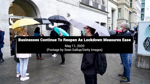 stockvideo's en b-roll-footage met people line up to enter the berlin apple store on may 11 the first day the store opened since closing in march due to the coronavirus crisis... - geproduceerd segment