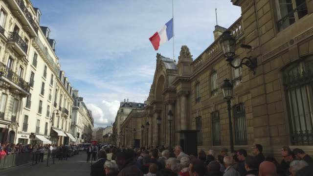 people line up to sign the condolences book to pay tribute to former president jacques chirac at the elysee palace on september 27, 2019. jacques... - signierstunde stock-videos und b-roll-filmmaterial