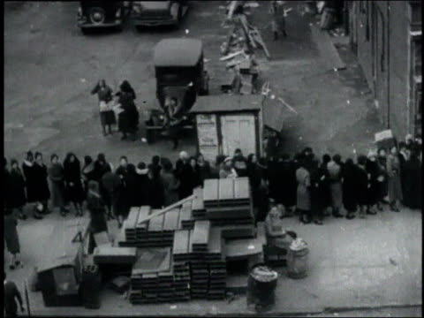 pan people lined up for food during the great depression / united states - la grande depressione video stock e b–roll