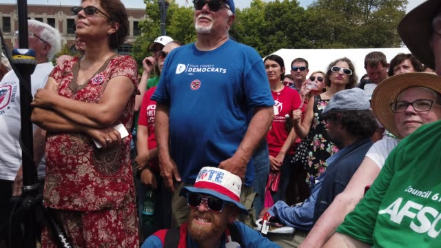 people listen to democratic presidential candidate u.s. sen. amy klobuchar's campaign speech at the des moines register political soapbox at the iowa... - 米民主党点の映像素材/bロール