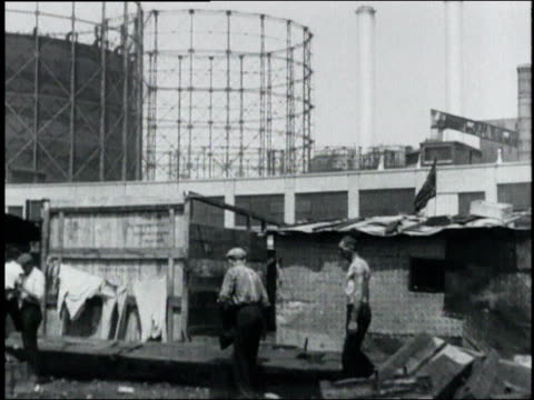 vidéos et rushes de people living in a hooverville shantytown in a shuttered industrial area / usa - la grande dépression