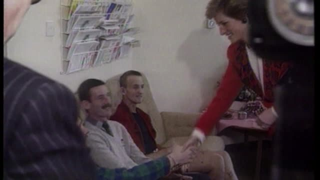 vídeos de stock e filmes b-roll de people living with hiv in the uk; ulm3272 / tx london: paddington: st mary's hospital: int princess diana, princess of wales shaking hands with aids... - hiv